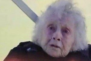 Жительница США отметила 102-летие прыжком с парашютом