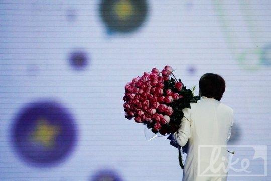 Максим Галкин помог Маше Распутиной унести подаренные ей цветы