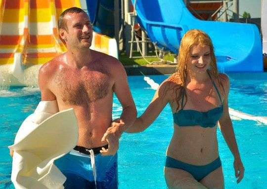 Лена Ряснова показала в аквапарке два купальника