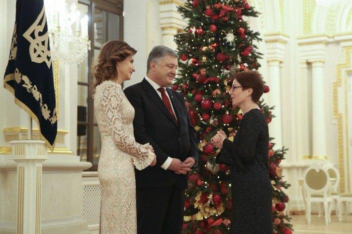 Президент и первая леди с послом США в Украине Мари Йованович