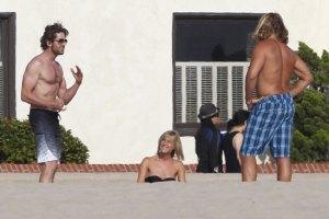 Джерард Батлер резвился на пляже с молодой блондинкой