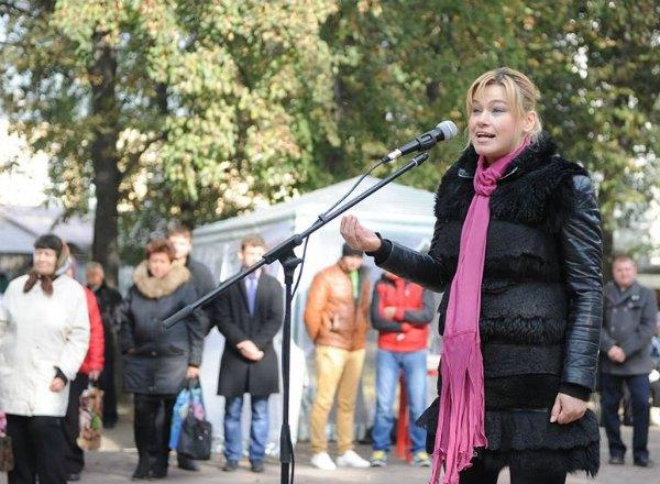 А в прошлом году Елена уже помогала Мишелю на выборах мэра Глухова