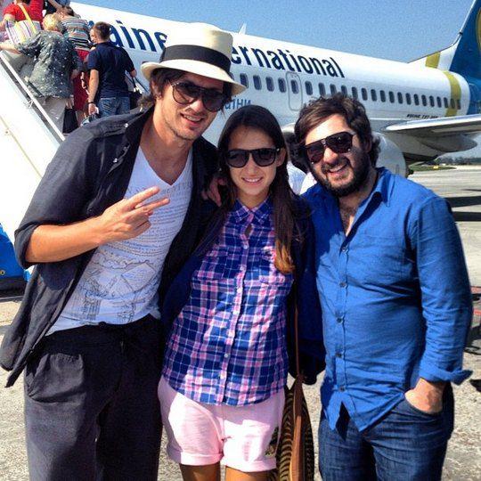 Тройка возле самолета