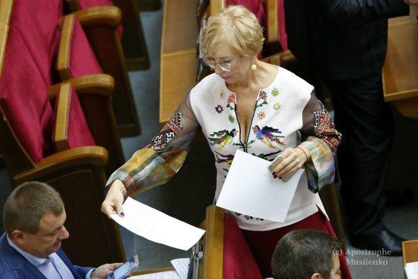 Экс-министр соцполитики Людмила Денисова решила покорить всех декольте в патриотическом стиле...
