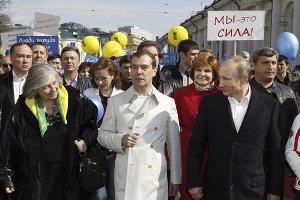 """Кокетливый плащ Медведева затмил """"голое"""" платье его жены"""