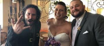 Киану Ривз случайно попал на свадьбу к своим поклонникам