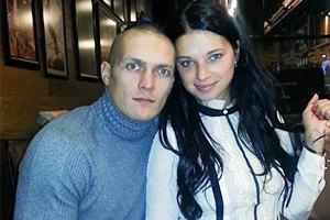 Боксер Усик не говорит с женой-россиянкой о политике