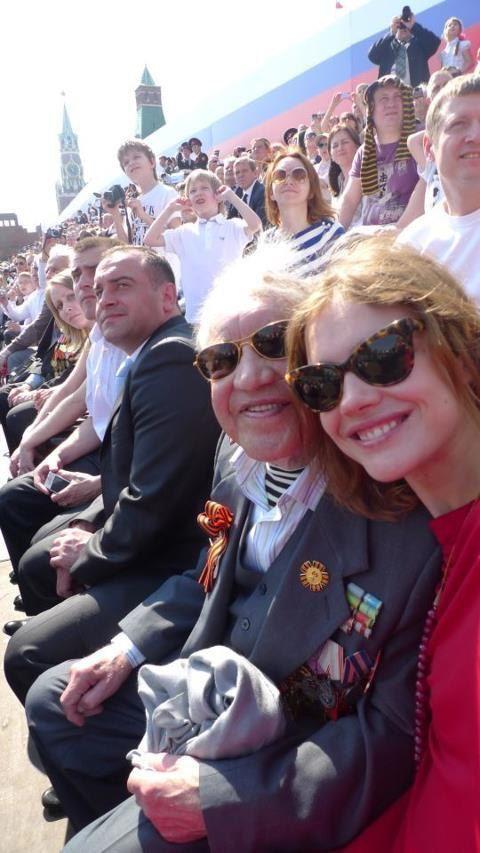 Наталья Водянова с дедушкой во время юбилейного парада Победы в Москве