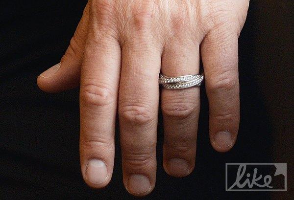 Руку народного депутата украшает обручальное кольцо от Cartier Trinity