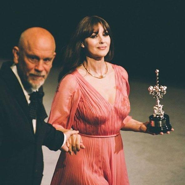 Моника Белуччи получила награду из рук Малковича