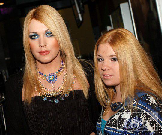 Трансвестит Монро (слева)