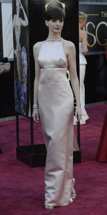 Энн Хэтэуэй появилась в платье от Prada