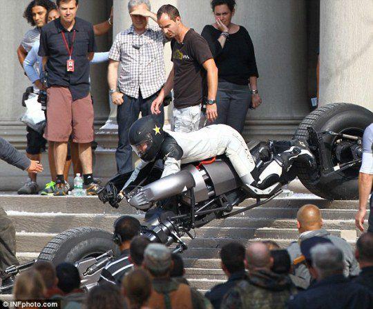 Каскадер тестирует мотоцикл героини