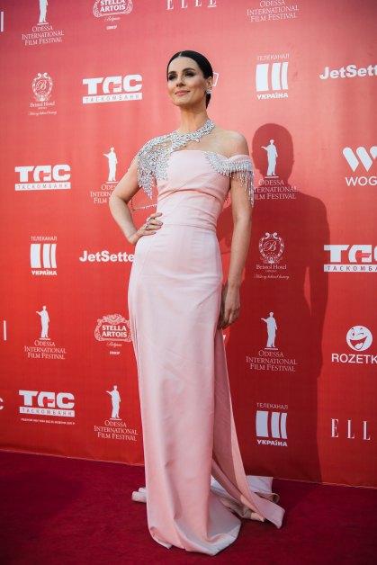 Роскошное и стильное платье для Ефросининой создал украинский дизайнер Иван Фролов, который был автором сценического костюма победительницы Евровидения Джамалы