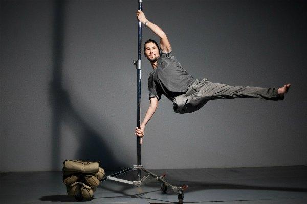 32-летний Виктор Кардаш до войны был учителем танцев. В АТО пошел добровольцем, а после осколочного ранения в сентябре 2015 года ему ампутировали ногу