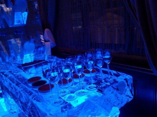 Гостей угощали шампанским