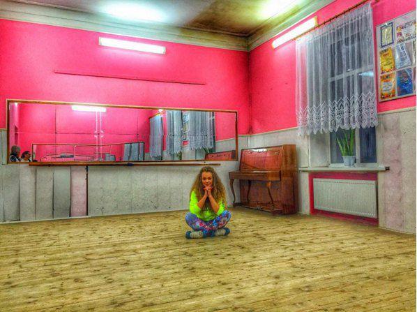 Яна вспоминала, как много занималась музыкой и танцами и как мечтала об успехе
