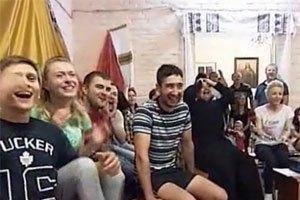 Украинский священник устроил в храме фан-зону