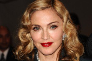 Журналист 1+1 подарил Мадонне гортензию