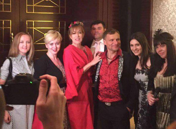 In-Grid (в центре в красном) с Олегом Скрипкой и украинскими поклонниками на вечорницях