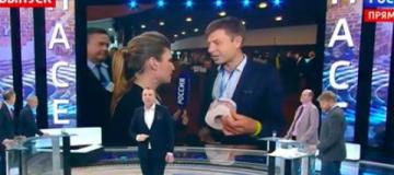 Нардеп Гончаренко подарил российской журналистке туалетную бумагу с Путиным