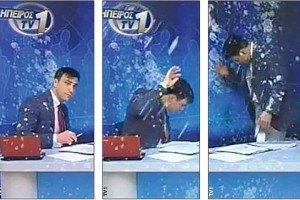 Греческого телеведущего закидали яйцами в прямом эфире