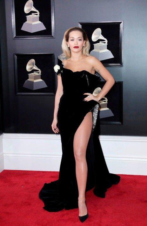 Певица и актриса Рита Ора в платье с открытыми плечами и разрезом
