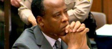 Отец Джексона отозвал иск против врача музыканта