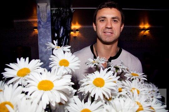 Николай Тищенко подарил большой букет ромашек