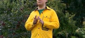 Медведев надел ярко-желтую куртку