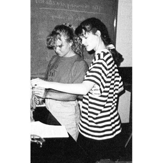 Дженнифер Гарнер (Jennifer Garner) на уроке химии в школе George Washington High School, Чарлстон, Западная Виргиния, 1990 год