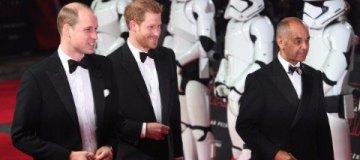 Принцы Гарри и Уильям прошлись по красной дорожке в одинаковых смокингах