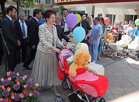 Супруга Президента Украины Людмила Янукович приняла участие в торжествах по случаю Дня матери, который традиционно отмечается в Донецком региональном центре материнства и детства