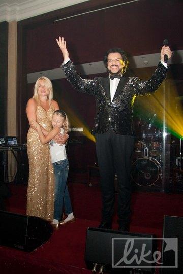 Киркоров подзадоривает публику, а именинница обнимает дочь