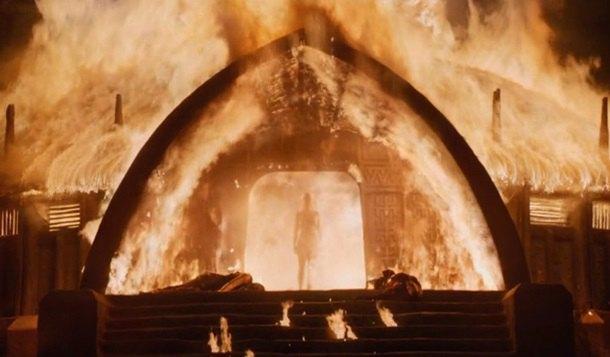 В новом эпизоде Дейнерис сжигает дворец и выходит из огня обнаженной