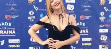 Тина Кароль выбрала неудачные декольте на фестивале в Юрмале