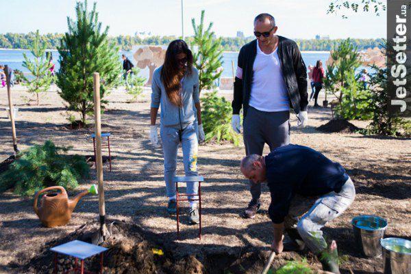 Молодожены посадили дерево своей семьи