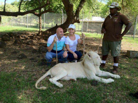 Валерия с мужем присели у настоящего льва