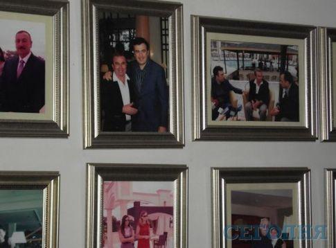 Холл отеля украшен фото Саакашвили