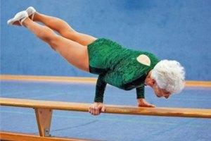 86-летняя гимнастка делает кульбиты на брусьях