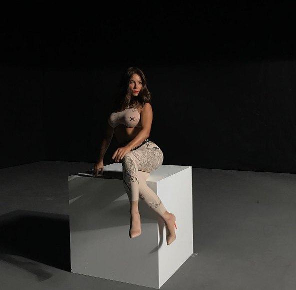 Ани Лорак похвасталась формами, не хуже чем у Ким Кардашьян
