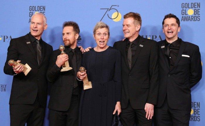 Мартин МакДонах, Сэм Рокуэлл, Фрэнсис МакДорманд, Грэхем Бродбент и Питер Чернин представляют награду за лучший драматический фильм