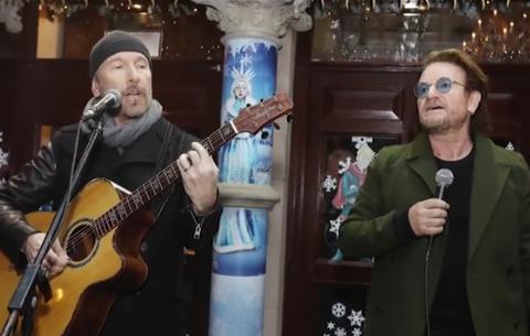 U2 спели на улице Дублина ради бездомных