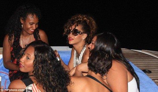 В основном вечера певицы проходят в кругу подружек