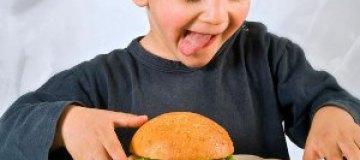 """McDonald's признали виновным в """"подсаживании"""" детей на гамбургеры"""
