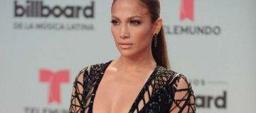 Дженнифер Лопес засветила грудь в спортивном топе