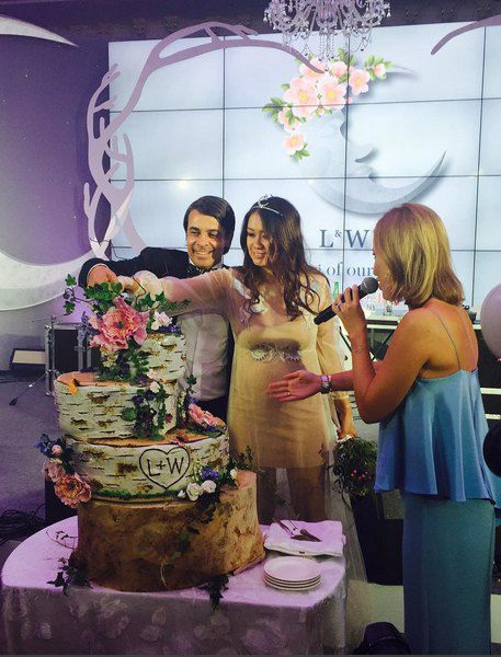 Молодожены разрезают дизайнерский торт под руководством Собчак.