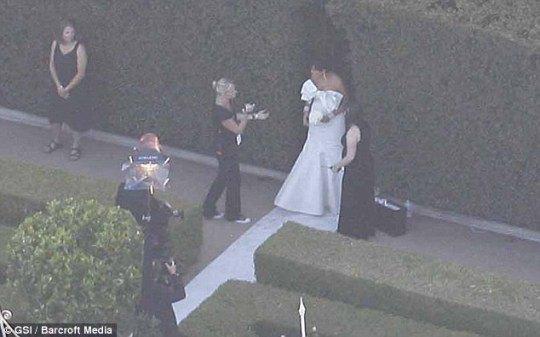 Мать Ким Кардашьян - Крис в белом платье без бретелей от Веры Вонг