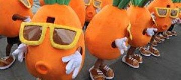 В Китае толпа танцующих морковок позвала девушку замуж