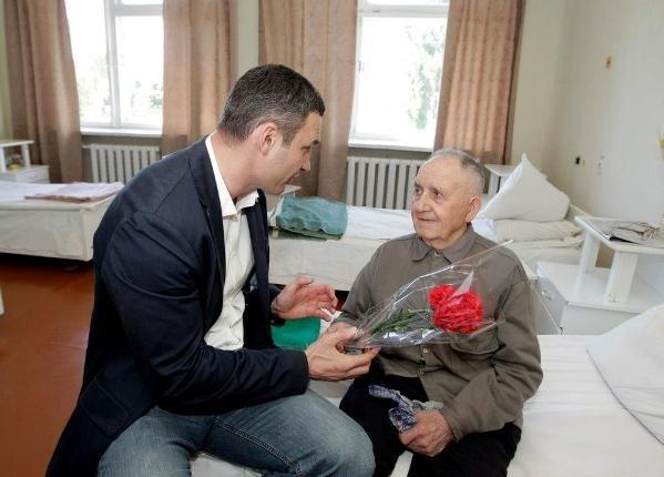 Виталий Кличко поздравил ветеранов в госпитале